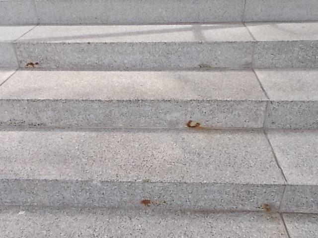 Sanierungsbedürftige Außentreppe